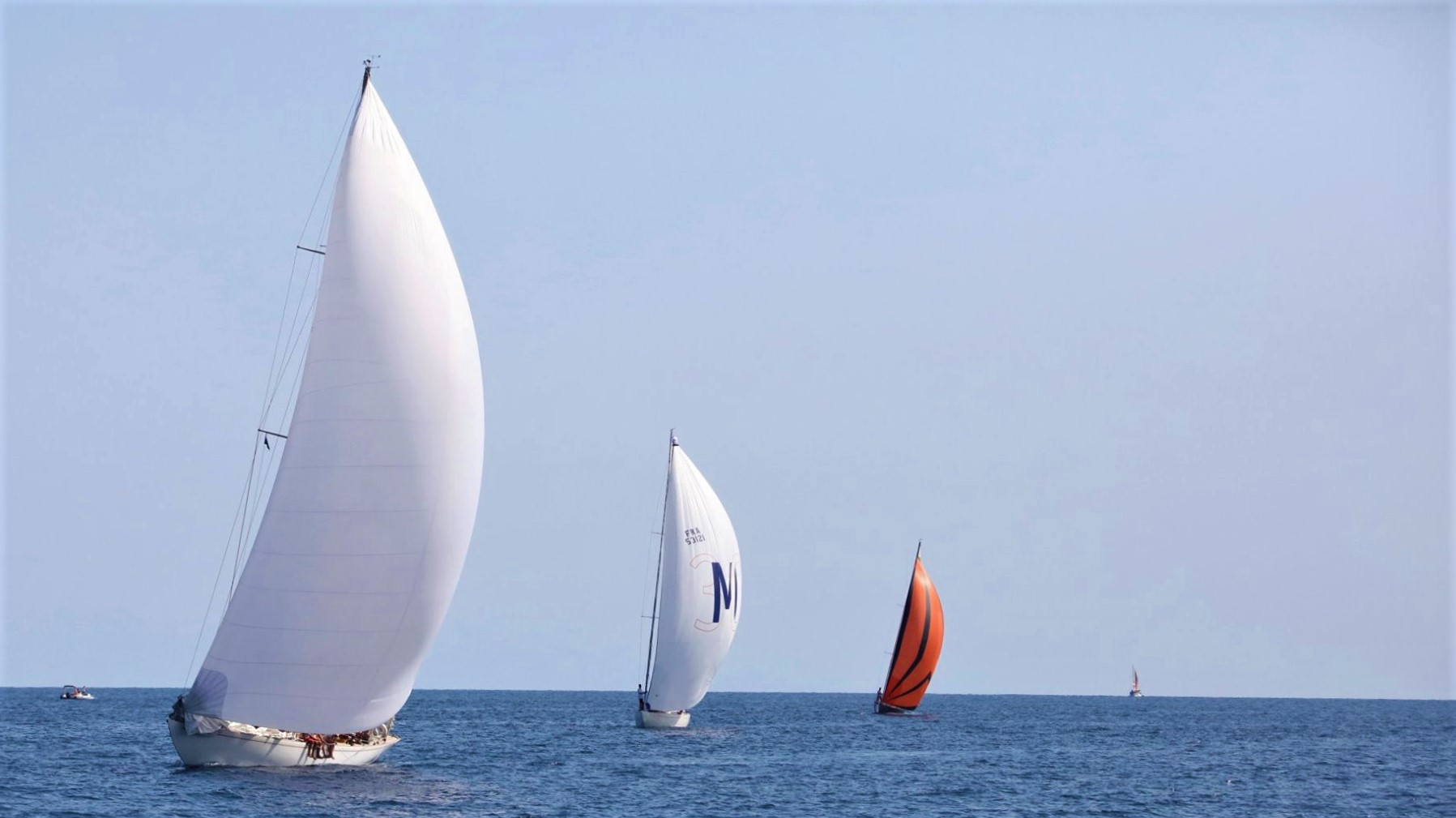 Taverna ligne d'arrivé SY Eileen vs SY Quatre Quarts III Vs Hounbonne IV  Corsica Classic 2019 Photo Françoise Tafani DR